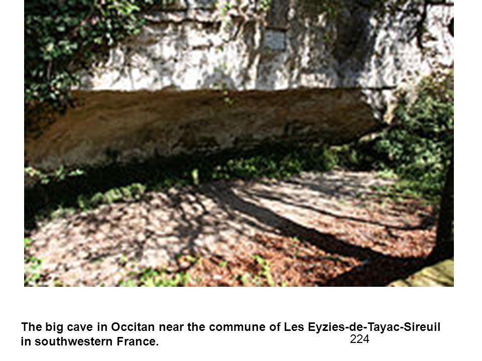 224 The big cave in Occitan near the commune of Les Eyzies-de-Tayac-Sireuil in southwestern France.