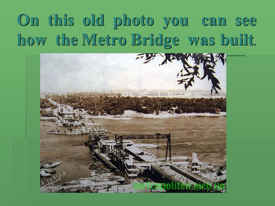 On this old photo you can see how the Metro Bridge was built.