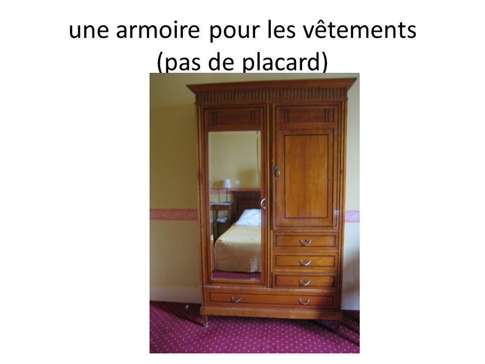 une armoire pour les vêtements (pas de placard)