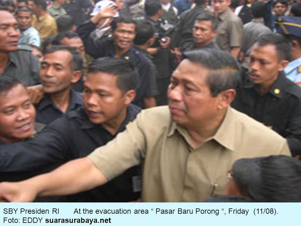 SBY Presiden RI At the evacuation area Pasar Baru Porong , Friday (11/08).