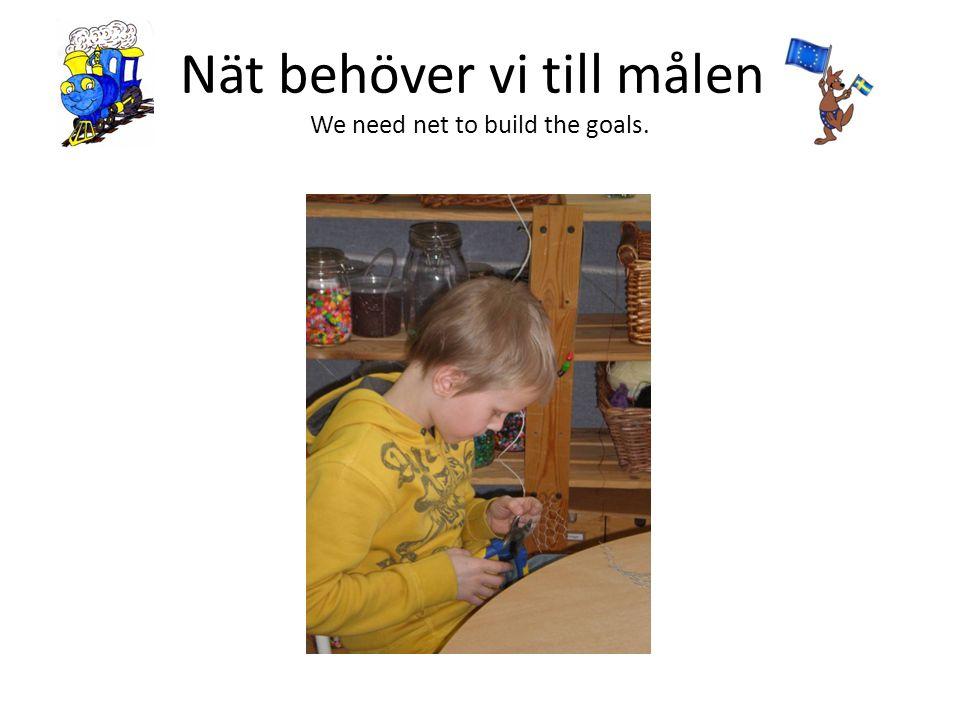 Nät behöver vi till målen. We need net to build the goals.