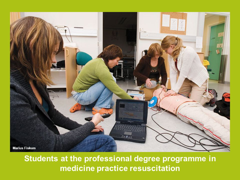 Students at the professional degree programme in medicine practice resuscitation Marius Fiskum
