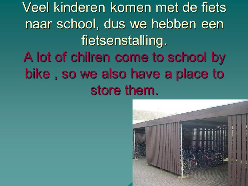 Veel kinderen komen met de fiets naar school, dus we hebben een fietsenstalling.