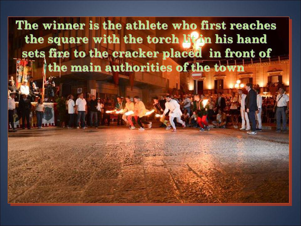 The winner is the athlete who first reaches the square with the torch lit in his hand sets fire to the cracker placed in front of the main authorities of the town