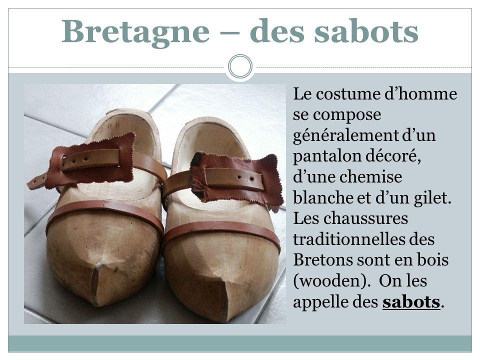 Bretagne – des sabots Le costume d'homme se compose généralement d'un pantalon décoré, d'une chemise blanche et d'un gilet.