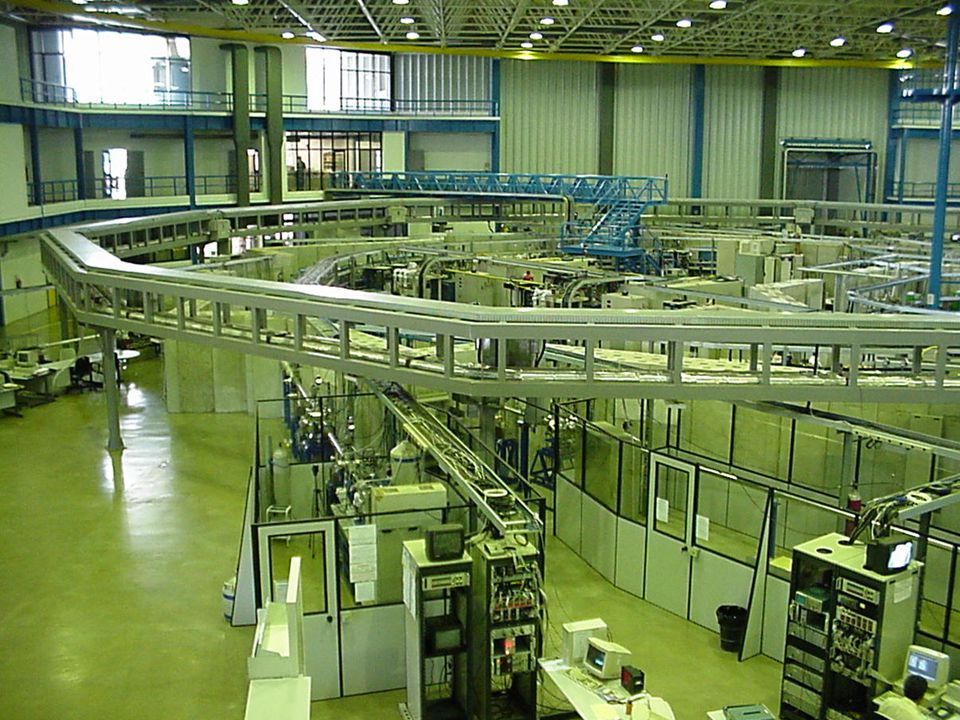 X-ray sources Synchrotron Advantages 10 -4 - 10 -5 rad divergence (3-5 mm @ 4 m) high brilliance wavelength tunable Synchrotron Advantages 10 -4 - 10