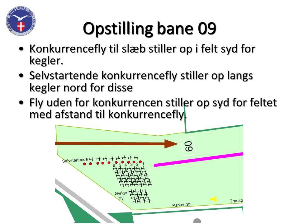 Opstilling bane 09 Konkurrencefly til slæb stiller op i felt syd for kegler.Konkurrencefly til slæb stiller op i felt syd for kegler.
