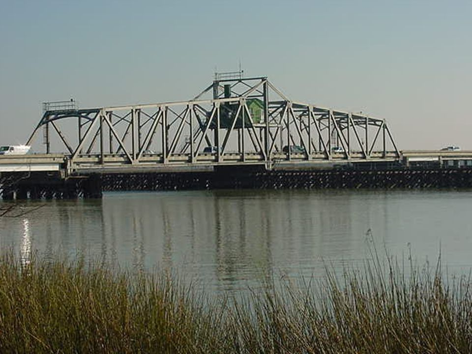 SWING BRIDGE - Closed Moveable Span Lights - alternate Red & Green, each 60° at 90° to each other.