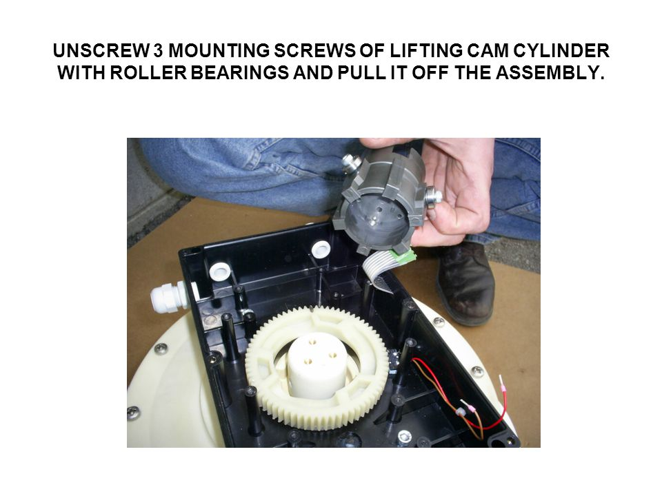 UNSCREW 3 MOUNTING SCREWS OF LIFTING CAM CYLINDER WITH ROLLER BEARINGS AND PULL IT OFF THE ASSEMBLY.