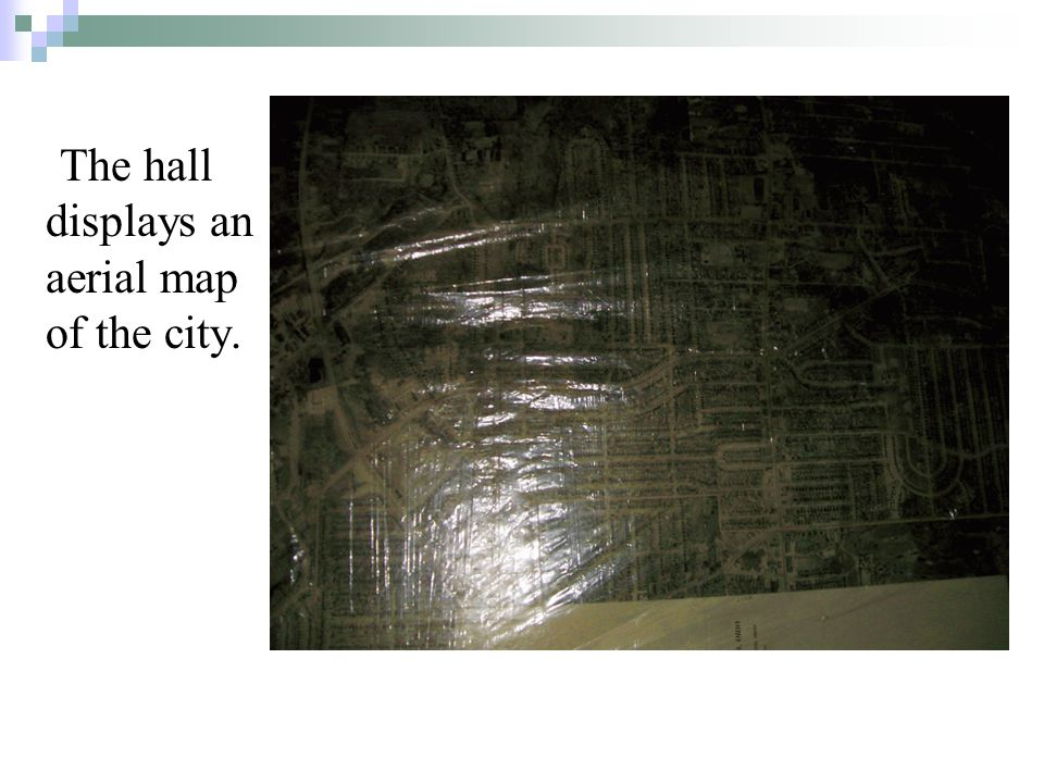 The hall displays an aerial map of the city.