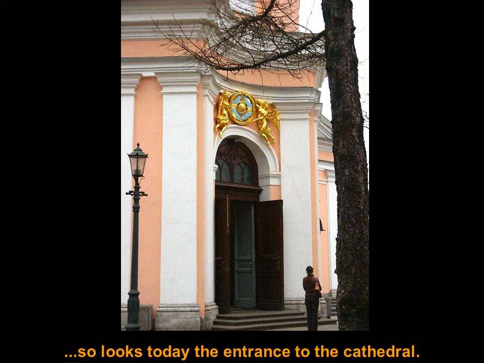 ...so looks today the entrance to the cathedral.